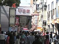 一方大阪ではちゃんと道を譲っていた。難波の商店街を救急車が緊急走行