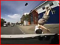 道路に飛び出してきた少年をはねてしまった車のドライブレコーダー映像。