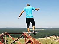 命がけの遊び。ウクライナの少年は怖いもの知らず。頭のネジがぶっ飛んどる