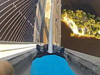 大きな吊り橋のケーブルを素手で登る少年のビデオに僕のチン玉が縮んだ。