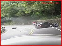 これは最悪な事故動画。カーブでバイクをインから抜こうとした車が・・・。