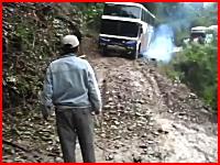 死の道と呼ばれるボリビアの険しい峠道でバスが崖から転落してしまう瞬間