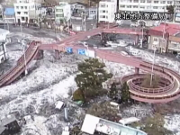 東日本大震災で岩手県の国道の監視カメラが撮影した津波の恐ろしい映像。