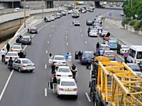 ホロコースト記念日のサイレンに高速道路を走っていた車もその場に止めて黙とうを捧げる