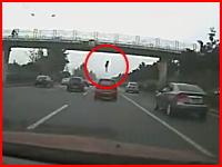 これは飛び降り自殺?陸橋の上から女性が落下する瞬間を撮影したドラレコ