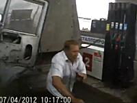 トラック2台に突っ込まれて危機一髪すぎる給油中のおっさん。ドラレコ事故。