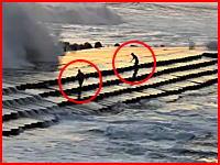 一般の観光客が撮影した元旦の日に波にさらわれてしまう高校生二人の映像