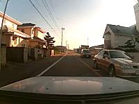 これは焦る。横断歩道で飛び出す少年をギリギリ回避なドライブレコーダー動画