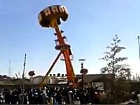 遊園地の回転アトラクションからお客さんが真っ逆さまに落下してしまう事故。