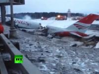 モスクワで旅客機ツポレフ204が着陸に失敗し胴体が真っ二つに。現場の映像