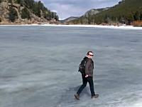 凍った湖の上をハイテンションぎみで歩いていた旅行者に起きた悲劇www