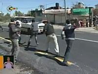 道路でイスラエルの車を待ち伏せして石を投げつけるアラブ人たち。酷いな。