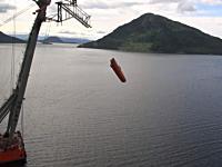 船のデッキ(甲板)の上からフリーフォールさせる救命ボートの落下試験映像