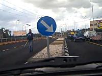 交通トラブルで鉄パイプを持ち出したDQNに一発形勢逆転。すぐ謝るDQN
