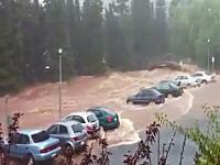 豪クイーンズランド大洪水。目の前の川が次第に氾濫していく様子。車が・・・。