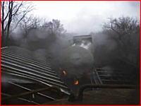 これは大惨事!竜巻に突っ込んだ貨物列車が脱線する瞬間の壮絶な映像
