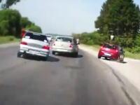 無茶な追い越しを仕掛けた車がタコって対向車線に飛び出したけどギリギリセーフ