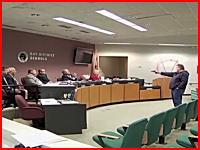 教育委員会の会合に乱入した拳銃男が至近距離から発砲するリアルな映像