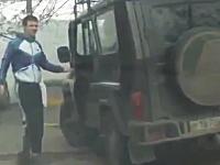 これはGJ。当て逃げした車をこっそり追いかけてドラレコでバッチリ撮影。