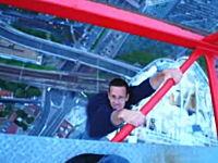 恐怖!高所に設置された建設用クレーンで命綱無しの懸垂をする少年たち