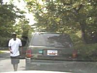 テイザー銃に怯まない黒人が警官とバトルした後パトカーを奪って逃走どーん
