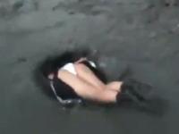 ネットにうpされた新ジャンル「泥飛び込み系女子」の動画に外国人困惑ww