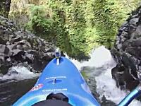 垂直落下!二人乗りのカヤックで大きな滝に挑むビデオ。ヘルメットカメラ
