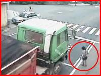無理に横断しようとした女性が大型トラックに轢かれる瞬間