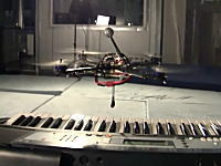 飛行しながら幅22.4mmの鍵盤を正確に叩く。クアドロコプターでジングルベル