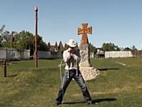 このムチ使いやべえwww二本のムチを自在に操って演奏する男性の神動画