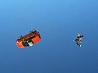 上空4000メートルから車(本物)と一緒にスカイダイビング。シボレー・ソニック
