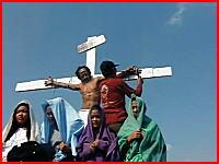 キリスト役の人が実際に手の平に釘を打たれて張り付けにされるショッキング映像