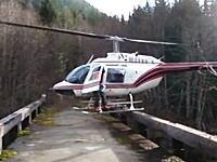 恐ろしく不安定な所に着陸するヘリコプターのパイロット。これはクレイジー