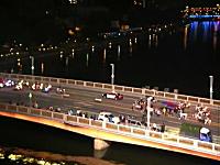 なにこれワロタwww暴走族の集団と警察の集団が橋の上で鉢合わせwww