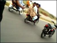 パキスタンのバイクの曲乗りは次元が違った動画。もう乗ってすらいないww