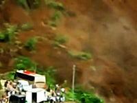 20名以上が行方不明。大規模な地すべりが逃げ惑う人々を襲う衝撃映像