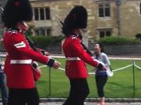記念写真を撮ろうとして衛兵さんの行進を邪魔した観光客がめっちゃ怒られる