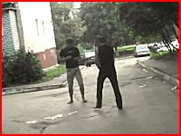 ストリートファイト。鋭いスピニングキックが炸裂して一撃ノックアウト。ロシア。