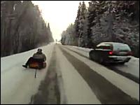 無茶する外人。雪道をタイヤチューブで爆走。対向車おるしめちゃくちゃ速いw