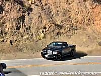 魔のカーブ。マルホランド峠の難関カーブで危険な事になる車たちの映像集