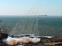 北朝鮮軍、白リョン島を狙って多連装ロケット砲を連射。動画なかなか強そう