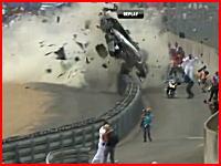 コースマーシャル、カメラマンたちを襲うマシンの破片。ル・マン24時間レースで激しいクラッシュ