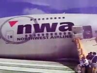 貴重な体験?飛行機から緊急脱出するはめになった日本人観光客の映像