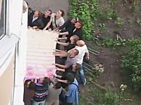 これは凄いな。マンション火災で住人達が力を合わせて救助しているモスクワ