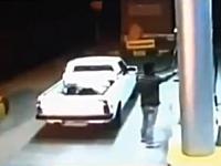 ガソリンスタンドで給油中の車が突然爆発して運転手が危機一髪な監視カメラ