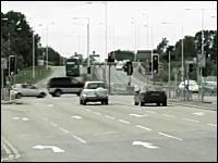 奇跡の交差点? まるで幽霊CARかと思うほど素で赤信号の交差点を突っ切る車
