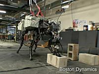 例の4足歩行ロボットに首が付いて「ソイッ!」ができるようになった。BigDog