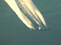 上空でエアバスA380とすれ違う瞬間をボーイング747のコクピットから撮影。