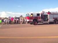 これは良い動画。森林火災の消火活動に感謝して沿道に集まって歓声で出迎える人たち