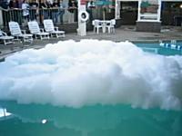 プールに液体窒素を投げ込んでみたみた動画。水面にぶわーっと。